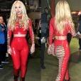 Iggy Azalea usou look emborrachado vermelho com amarrações bem ousadas!