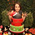 Larissa Manoela posa com o bolo de sua festa de aniversário, com tema da Disney