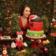 Larissa Manoela faz graça ao posar com seu bolo de aniversário