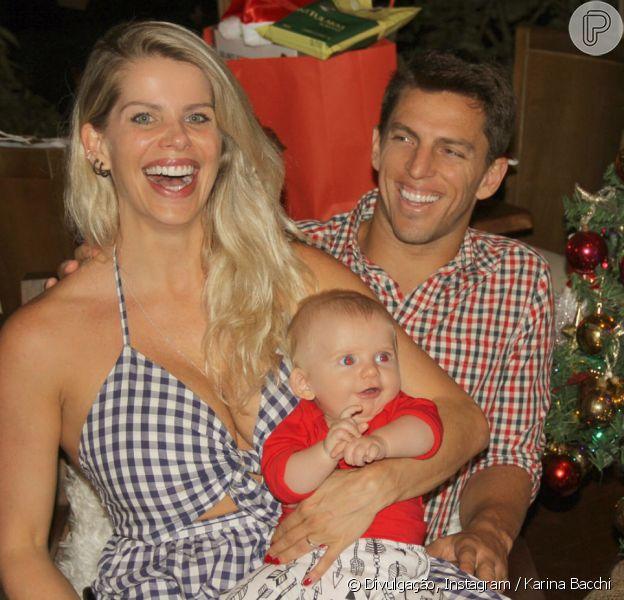 Karina Bacchi curtiu o Natal com namorado, Amaury Nunes, e filho, Enrico, de 4 meses, nesta segunda-feira, 25 de dezembro de 2017