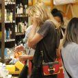 A estudante de moda Sasha Meneghel exibiu um look despojado e complementou a produção com uma bolsa Prada, avaliada em cerca de R$ 10 mil