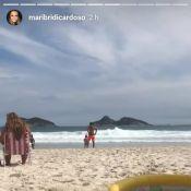Mariana Bridi mostra Rafael Cardoso brincando com filha, Aurora, na praia. Vídeo