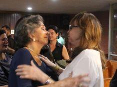 Betty Faria consola Gloria Perez em missa dos 25 anos da morte de Daniela Perez