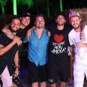 Gabriel Medina. Foto do site da Pure People que mostra Neymar, Gabriel Medina e amigos se reúnem em luau préRéveillon na Bahia. Fotos!
