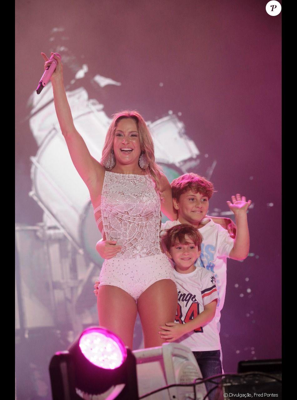 Claudia Leitte recebe filhos no palco e minimiza polêmica sobre música 'Lacradora' em entrevista ao Purepeople publicada neste sábado, dia 30 de dezembro de 2017