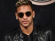 Neymar chega a Fernando de Noronha para Réveillon e posa com fã no aeroporto