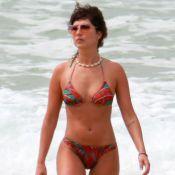 Estilo na praia: Fernanda Paes Leme combina óculos de coração e colar de conchas