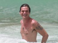 Emilio Dantas exibe corpo tatuado em dia de praia com Fabiula Nascimento. Fotos!