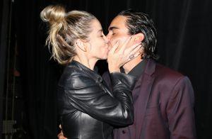 André Gonçalves ganha beijo de Danielle Winits após estrear peça em SP. Fotos!