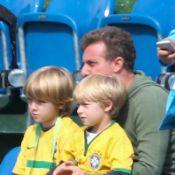 Luciano Huck leva os filhos Joaquim e Benício para treino da Seleção Brasileira