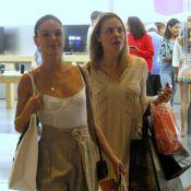 Solteira, Isis Valverde investe em peças grifadas em dia de compras com amiga