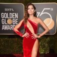 Blanca Blanco dispensou o preto e recebeu críticas nas redes sociais pelo look vermelho no Globo de Ouro