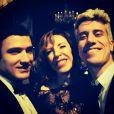 Marilia Gabriela posa com o amigo Lauro Vida e o filho, o ator Theodoro Cochrane, que foi o DJ do evento