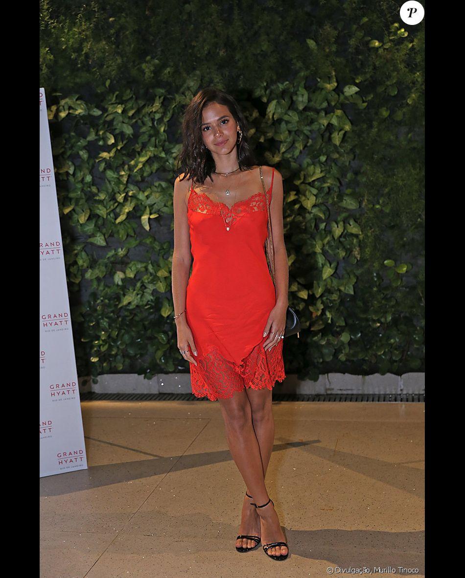 Bruna Marquezine elegeu um vestido tipo camisola para a pré-estreia na novela 'Deus Salve o Rei', realizada no cinema UCI do shopping New York City Center, na Zona Oeste do Rio de Janeiro, nesta segunda-feira, 8 de janeiro de 2017