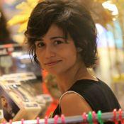De férias da TV, Nanda Costa exibe novo visual e atende fã em shopping. Fotos!