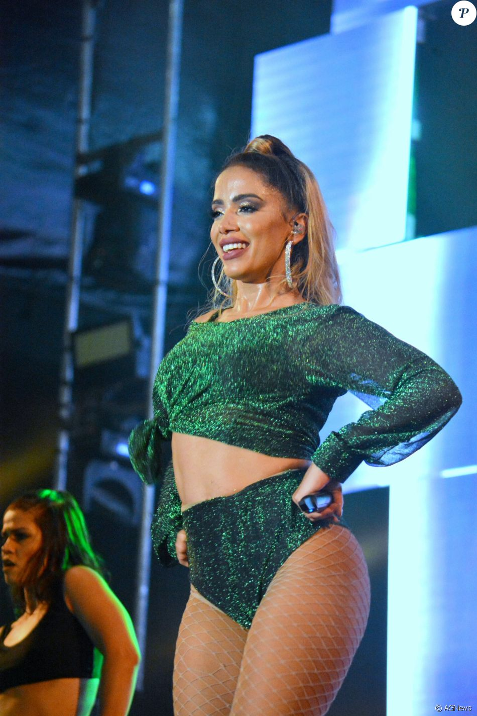 Anitta ganhou cachê de R$ 300 mil de marca de cosméticos adotar cabelo loiro, diz a coluna 'Olá', do jornal 'Agora São Paulo', neste sábado, 13 de janeiro de 2018