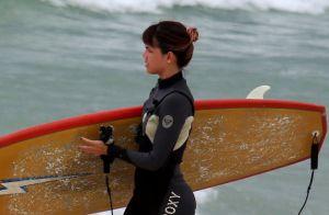Pérola Faria mostra habilidade durante aula de surfe em praia do Rio. Veja fotos
