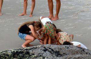 Cauã Reymond curte praia com o pai e a filha, Sofia. Veja fotos!