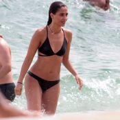 De biquíni, Camila Pitanga se refresca ao dar mergulho em praia do Rio. Fotos!