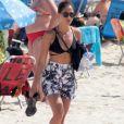 Camila Pitanga coloca saia e deixar praia de Ipanema após mergulho