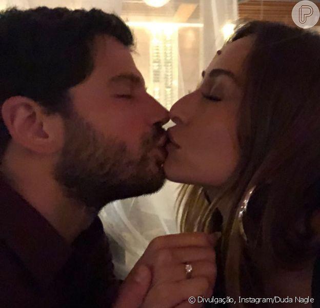 Casamento à vista! Sabrina Sato fica noiva de Duda Nagle, como o ator indicou em foto postada nesta segunda-feira, dia 15 de janeiro de 2018