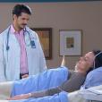 André (Bruno Lopes) diz a Antonieta (Clarisse Abujamra), em fase terminal de doença, que ela pode prologar seus dias tomando remédio, mas a paciente se recusa se recusa, no capítulo que vai ao ar segunda-feira, dia 22 de janeiro de 2018, na novela 'Carinha de Anjo'