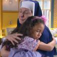 Madre (Eliana Guttman) conforta Lulu (Luiza Nery) após informar sobre a morte de sua avó, no capítulo que vai ao ar segunda-feira, dia 22 de janeiro de 2018, na novela 'Carinha de Anjo'