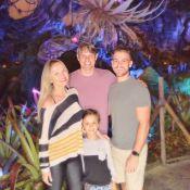 Eliana abraça filho, Arthur, e noivo, Adriano Ricco, na Disney: 'Com a família'