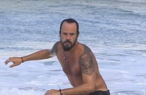 Paulinho Vilhena mostra boa forma ao surfar em praia do Rio