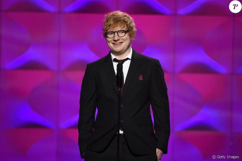 Cantor Ed Sheeran anuncia noivado pelo Instagram