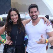 Renata Domínguez e o namorado, Marcio Bruzzi, curtem bloco de pré-carnaval