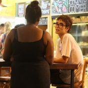 Maria Casadevall doa dinheiro e conversa com pedinte em rua do Rio. Fotos!