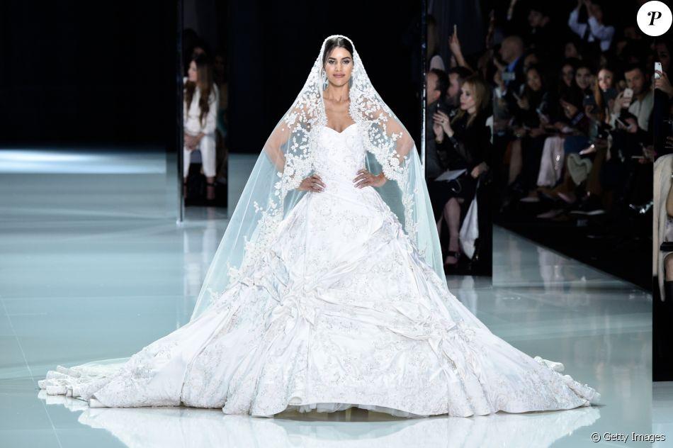 4b1019b8a Vestida de noiva, Camila Coelho fechou o desfile de alta-costura da grife  britânica