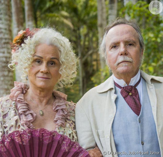 Ofélia (Vera Holtz) enfreta o marido, Felisberto (Tato Gabus Mendes), para arrumar bons casamentos para as filhas, na novela 'Orgulho e Paixão'