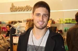 Daniel Rocha participa de evento com Sergio Marone e exibe novo corte de cabelo