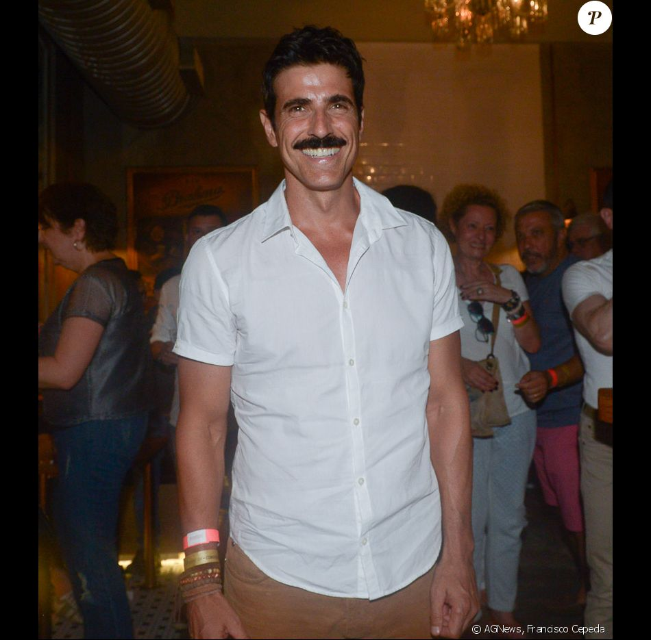 Reynaldo Gianecchini exibiu o novo visual, com bigode, no show de Gilberto pelos 464 anos da cidade de São Paulo