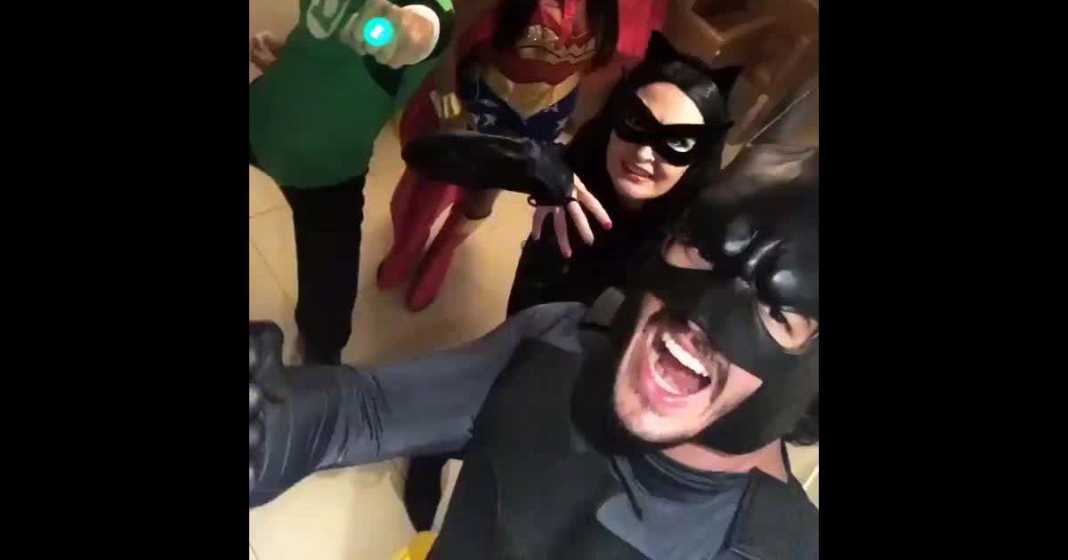 82eb261d5 Fátima Bernardes e Túlio Gadêlha usam fantasia de Mulher-Gato e Batman    Liga reunida  - Purepeople