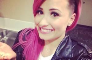 Demi Lovato muda de visual novamente e exibe ombré hair roxo e cinza