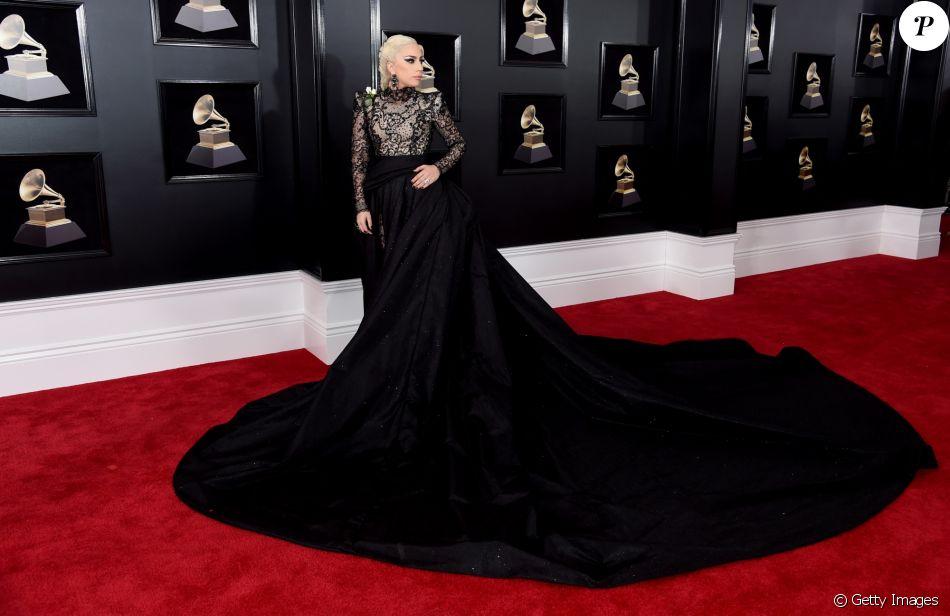 O imponete look Giorgio Armani de Lady Gaga contava com uma longa cauda