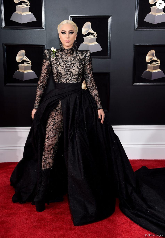 Lady Gaga usou look Giorgio Armani com jumpsuit rendado na 60ª edição do Grammy Awards, realizada no Madison Square Garden, em Nova York, neste domingo, 28 de janeiro de 2018