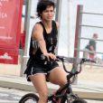 Sozinha, Nanda Costa deixou a praia de Ipanema de bicicleta