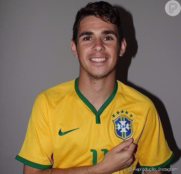 Oscar, meio-campo da Seleção Brasileira, se torna pai de primeira viagem com o nascimento da filha, Júlia, em 5 de junho de 2014