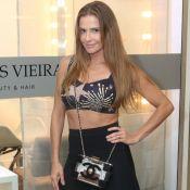 Deborah Secco combina barriga de fora e bolsa transparente em evento. Veja look!