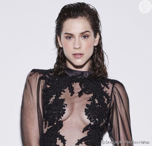 A atriz Sophia Abrahão usou o wet hair para estampar a capa da revista 'TOP Magazine' de janeiro de 2018