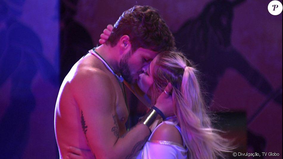 Breno e Jaqueline trocaram beijos na festa 'Deuses Gregos' do BBB 18 na madrugada deste sábado, 3 de fevereiro de 2018