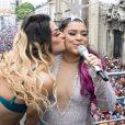 Preta Gil ganhou um beijo de Pabllo Vittar do alto do trio elétrico de seu bloco, no Centro do Rio de Janeiro, na manhã deste domingo, 4 de fevereiro de 2018