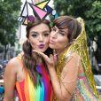 Giovanna Lancellotti e Fernanda Paes Leme apostaram em makes brilhosas para o Bloco da Preta, no Centro do Rio de Janeiro, neste domingo, 4 de fevereiro de 2018