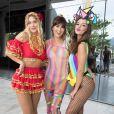 Carolina Dieckmann, Fernanda Paes Leme e Giovanna Lancellotti capricharam nos looks para o Bloco da Preta, no Centro do Rio de Janeiro, neste domingo, 4 de fevereiro de 2018