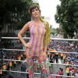 Fernanda Paes Leme exibiu um look telado colorido com sapatos volumosos no Bloco da Preta, no Centro do Rio de Janeiro, neste domingo, 4 de fevereiro de 2018