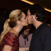 Isabelle Drummond beija o namorado, Tiago Iorc, em lançamento de filme em SP
